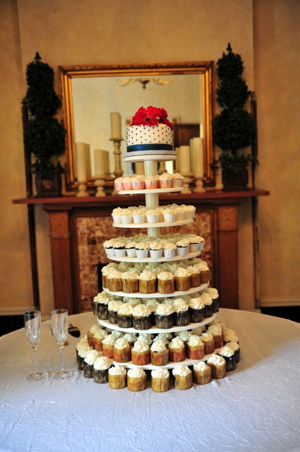 4th of July Wedding | Greta Hollar | 4th of July Wedding by popular lifestyle blogger Greta Hollar: image of a red, white and blue, cupcake wedding cake.