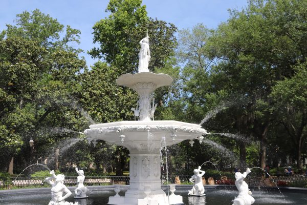 Savannah Travel Guide | Greta Hollar | image of fountain at Forsyth Park.
