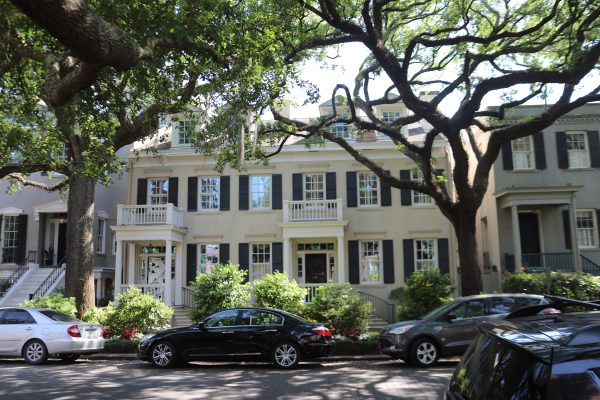 Savannah Travel Guide | Greta Hollar | he Ultimate Savannah Travel Guide by popular Nashville lifestyle blogger, Greta Hollar: image of southern colonial house.