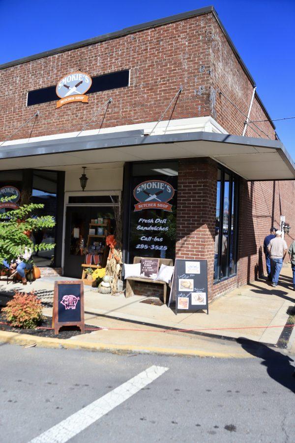 A Couples Getaway to Hohenwald, TN   Greta Hollar   A Couples Getaway: Things to do in Hohenwald TN by popular Nashville travel blogger, Greta Hollar: image of Smokie's Barbecue Shop.