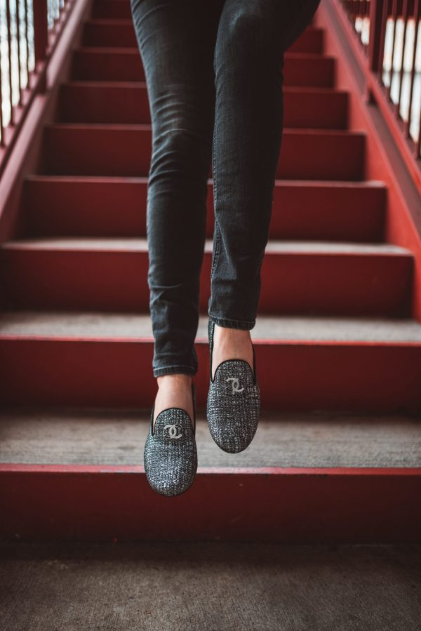 How to Get Your Wardrobe Ready for NYFW | Greta Hollar | Figuring Out NYFW Packing Essentials by popular Nashville tall fashion blogger, Greta Hollar: image of a woman standing on a red staircase and wearing an all black outfit.